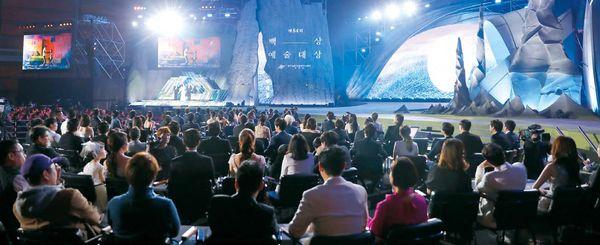 지난해 서울 강남구 삼성동 코엑스에서 열린 제54회 백상예술대상 시상식에 참석한 배우·감독·작가·제작사 대표 등 각 부문 후보들이 무대를 지켜보고 있다.