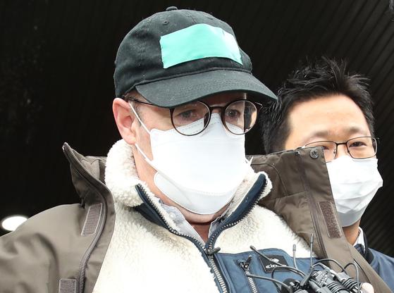 마약 투약 혐의로 체포된 방송인 하일(미국명 로버트 할리·61) 씨가 지난 10일 오전 영장실질심사를 위해 경기도 수원시 영통구 수원남부경찰서를 나서고 있다. [연합뉴스]