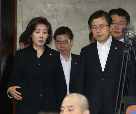 황교안 자유한국당 대표(오른쪽)와 나경원 원내대표가 30일 국회에서 열린 의원총회에 참석하고 있다. 오종택 기자