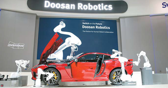 두산그룹은 4차 산업혁명에 대비한 새로운 미래 제조업의 길을 개척하고 있다. 사진은 로봇·자동화 분야 전시회 '오토매티카 2018'의 두산로보틱스 전시부스 모습. [사진 두산그룹]