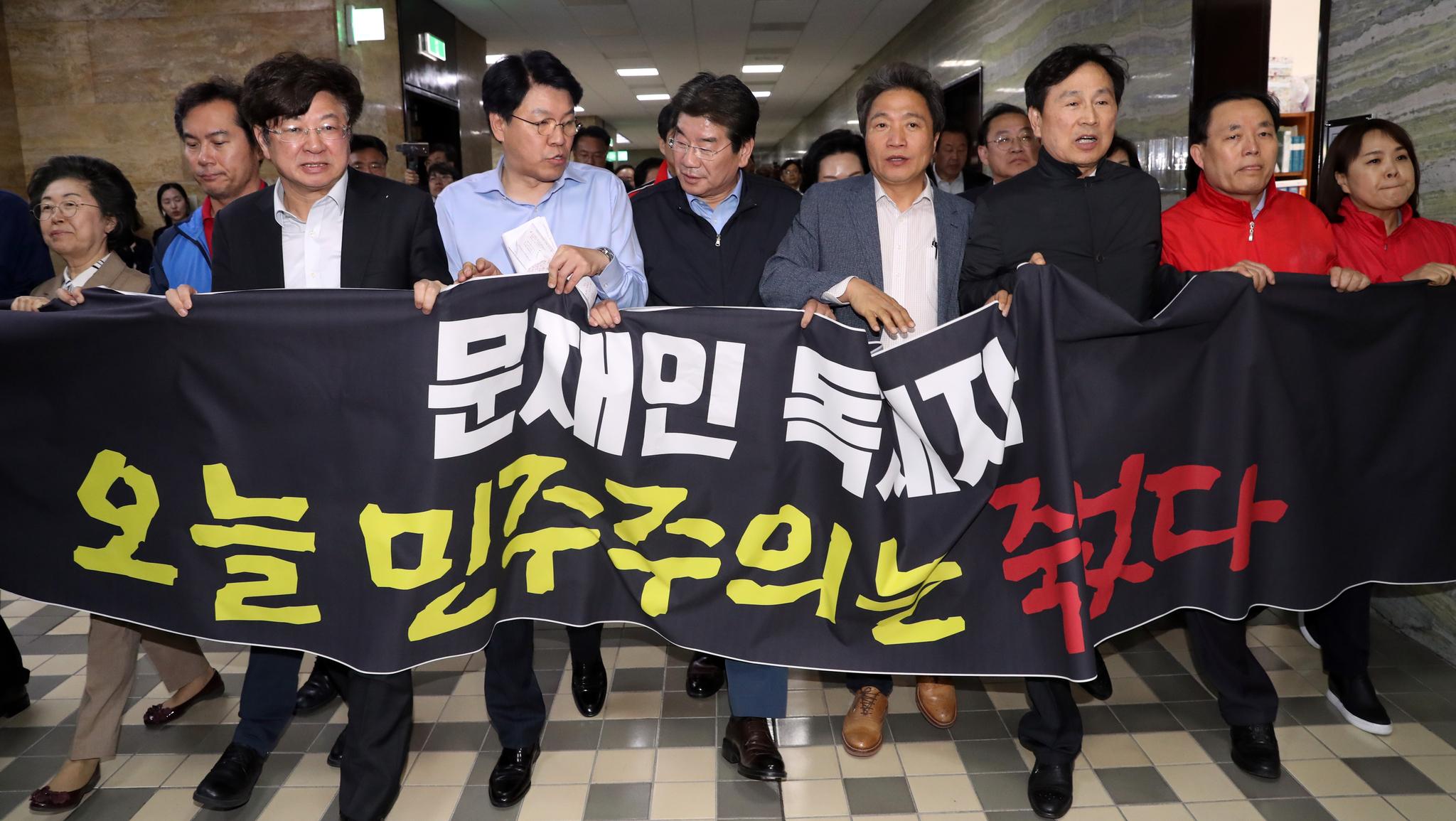 자유한국당 의원들이 '오늘 민주주의는 죽었다'라고 적힌 현수막을 들고 29일 오후 국회 정치개혁특위가 열리는 정무위 회의장으로 달려가고 있다. [연합뉴스]
