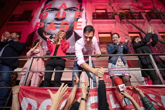 페드로 산체스 스페인 총리이자 사회노동당(PSOE) 대표가 28일(현지시간) 마드리드 선거본부 앞에서 지지자들과 악수하고 있다. 이날 스페인 정부는 총선 개표 결과 사회노동당이 하원 350석 중 123석을 얻어 제1당이 됐지만, 과반 의석 확보에는 실패했다고 발표했다. [AP=연합뉴스]