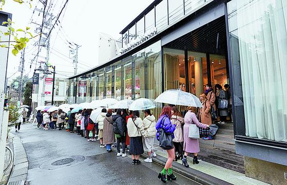 지난해 12월 22일 오전 한국산 캐릭터 '카카오프렌즈'의 도쿄 오모테산도점 개점을 기다리는 현지 소비자 2000여 명이 건물을 에워싸고 줄을 서 있다. [뉴스1]