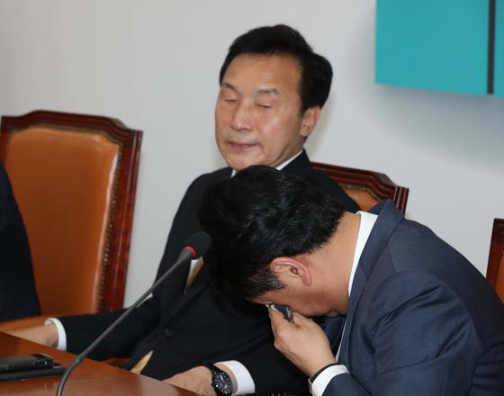 바른미래당 김관영 원내대표가 30일 국회에서 열린 기자회견 도중 손수건으로 눈물을 훔치고 있다. 오종택 기자