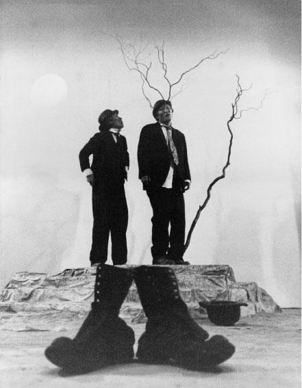 1969년 '고도를 기다리며' 초연 무대. 김성옥(오른쪽)과 함현진이 각각 블라디미르와 에스트라공 역을 맡았다. [사진 극단산울림]