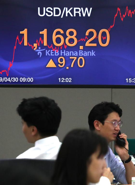 원화가치가 달러당 1168.2원을 기록하며 2년3개월만에 최저 수준까지 떨어졌다. 30일 서울 중구 KEB 하나은행 딜링룸에서 분주하게 거래를 하고 있는 모습. [연합뉴스]