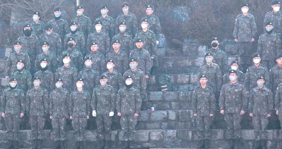 지난 2월 25일 서울 노원구 육군사관학교 입학식에 참여한 선배 사관생도들이 마스크를 쓰고 있다. [연합뉴스]