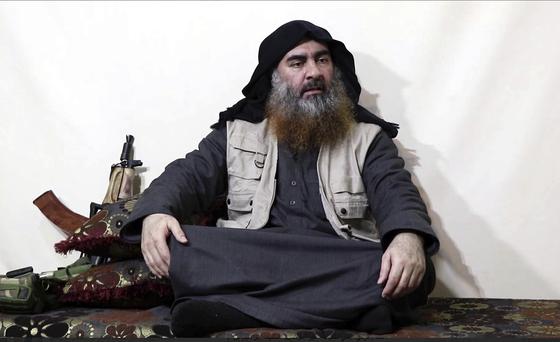 극단주의 무장단체 IS의 최고지도자 아부 바크르 알바그다디로 추정되는 남성이 IS 선전매체의 영상을 통해 5년 만에 모습을 드러냈다. [AP=연합뉴스]