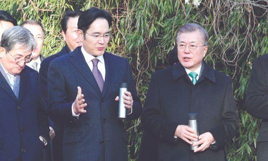 지난 1월 청와대 방문 당시 문재인 대통령(오른쪽)에게 시스템 반도체 분야에 대해 설명 중인 이재용 부회장. [청와대사진기자단]