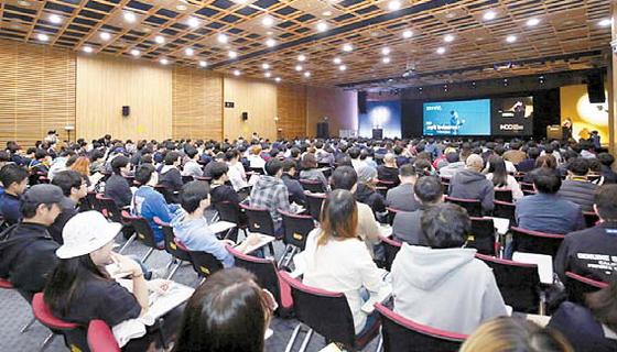 NDC는 글로벌 게임 개발자와 IT 전문가가 모여 노하우를 공유함으로써 업계의 동반 성장을 도모하는 지성의 축제다. 지난해 행사 모습. [사진 넥슨]