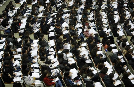 지난달 31일 서울 강남구 진선여고에서 열린 '종로학원하늘교육 고교 및 대입 특별 설명회'에서 초등학생, 중학생을 자녀로 둔 학부모들이 자료를 살펴보고 있다. [뉴스1]