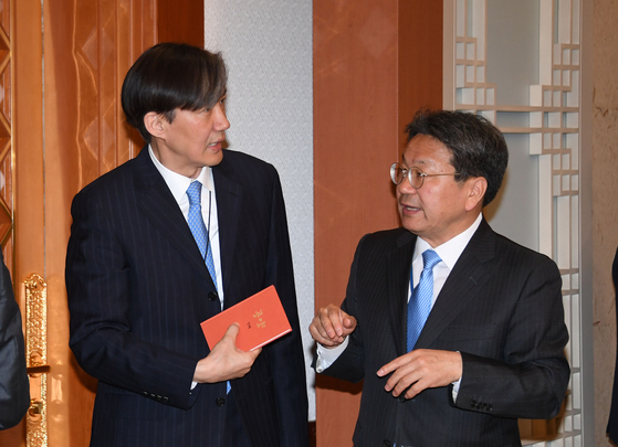 조국 민정수석(왼쪽)과 강기정 정무수석이 30일 오전 청와대에서 열린 국무회의에 앞서 대화하고 있다. [청와대사진기자단]