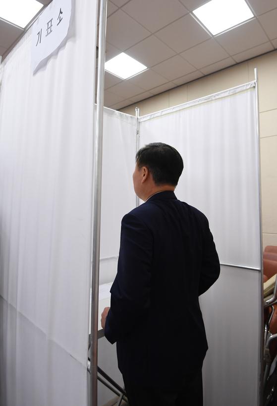 30일 오전 국회 정무위원회에서 열린 패스트트랙 지정을 위한 정개특위 회의에서 김재원 자유한국당 의원이 투표소에 들어가 10여분째 생각에 잠겨 있다. 김경록 기자