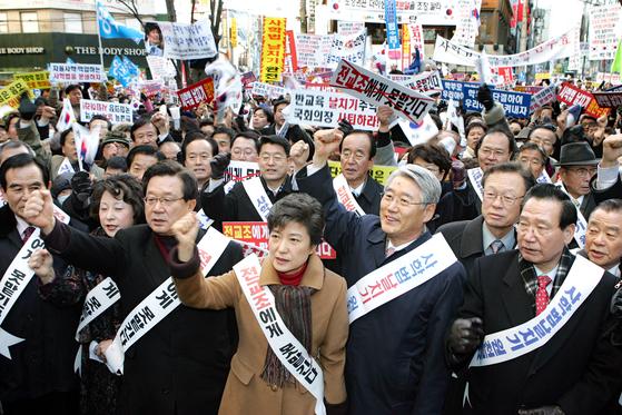 2005년 12월 27일 박근혜 대표 등 한나라당 지도부가 27일 대구 동성로 대구백화점 앞에서 사학법 개정을 규탄하는 집회를 열고 있다. [중앙포토]