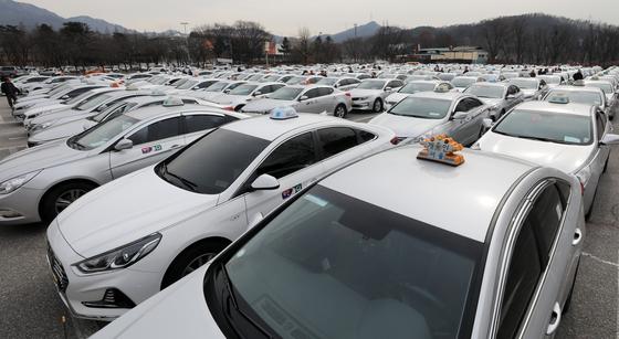 지난 2월 18일 경기도 과천시 서울대공원 주차장에 미터기를 교체하기 위한 택시들이 주차돼 있다. 서울 택시 기본요금은 2월 16일 오전 4시부터 3000원에서 3800원으로 인상됐다. [뉴스1]