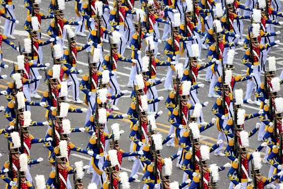 건군 제65주년을 맞아 10년만에 최대 규모의 국군의 날 행사가 벌어진 2013년 군장병들이 시가행진을 벌이고 있다. 뉴스1