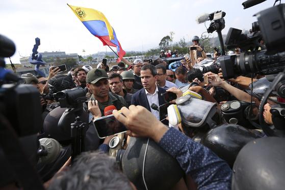 30일 군인들과 함께 군사봉기를 일으킨 후안 과이도 베네수엘라 국회의장. [AP=연합뉴스]