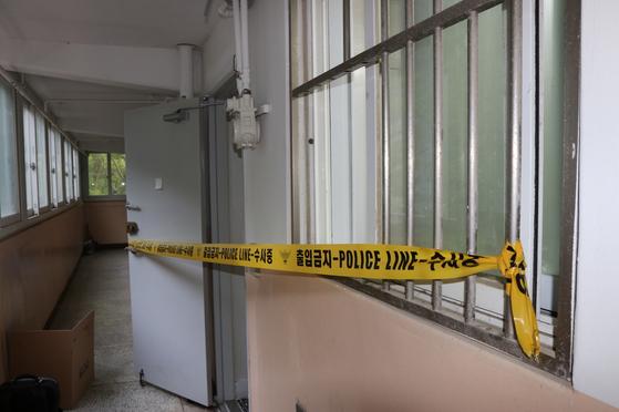 부산 50대 조현병 환자가 자신의 친누나를 살해한 아파트 현장 모습. [사진 부산지방경찰청]