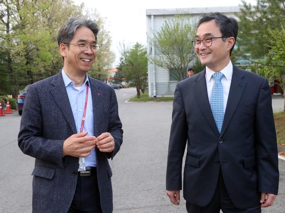 류도현 탑엔지니어링 대표(왼쪽)가 30일 파주 회사에서 박원주 특허청장과 간담회를 마친 뒤 담소하고 있다. [사진 최정동 기자]