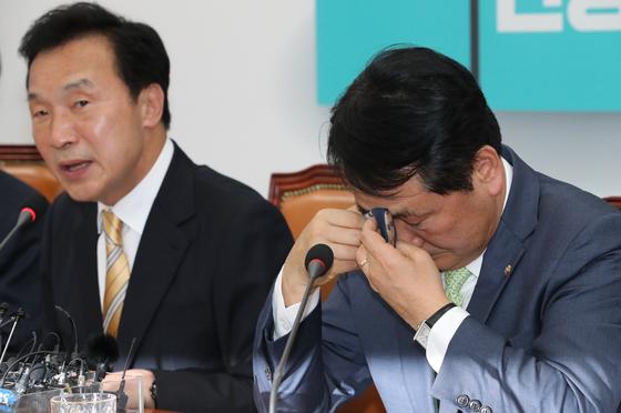 바른미래당 김관영 원내대표가 30일 오전 국회에서 열린 기자회견에서 패스트트랙 소회를 밝히면서 눈물을 흘리고 있다. [연합뉴스]