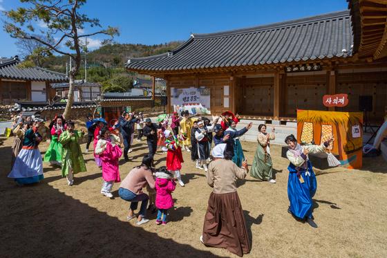 전남 강진 조만간 프로젝트는 조선 시대로 떠나는 시간여행이다. 지역 아마추어 배우들이 마당극도 펼친다. [사진 한국관광공사]
