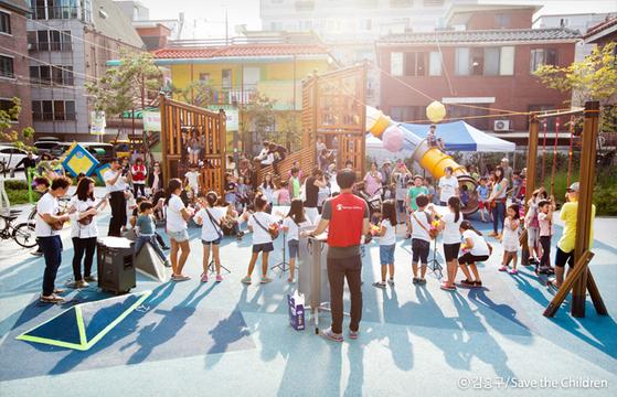 2015년 세이브더칠드런의 '놀이터를 지켜라' 캠페인으로 재개장한 중랑구의 한 놀이터 모습. [사진 세이브더칠드런]