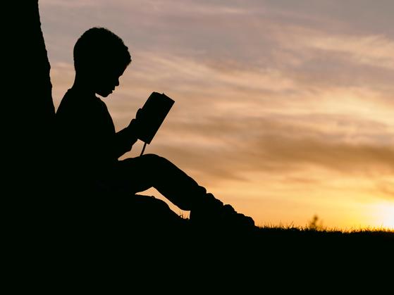 자식들 어렸을 때는 특별한 날의 선물은 무조건 동화책이었다. 그 동화책에 편지를 끼워 넣어 주곤 했다.그런데 어린이날을 맞아 손녀에게 책을 사줄까 물었더니 거절이 돌아왔다.  [사진 unsplash]