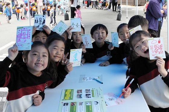 놀이쿠폰 캠페인에 참여한 밀알몬테소리어린이집 아동들. 각자 자신이 원하는 놀이를 적고 그렸다. [사진 굿네이버스]