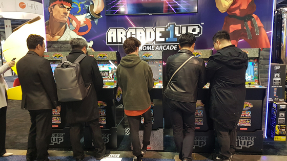 지난 1월 미국 라스베이거스에서 열린 CES에서 참가자들이 전시된 게임을 즐기고 있다. [중앙포토]