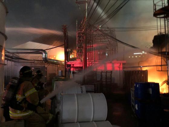 20일 오후 9시5분쯤 경기도 군포시 페인트 공장에서 불이 났다. [사진 경기도소방재난본부]