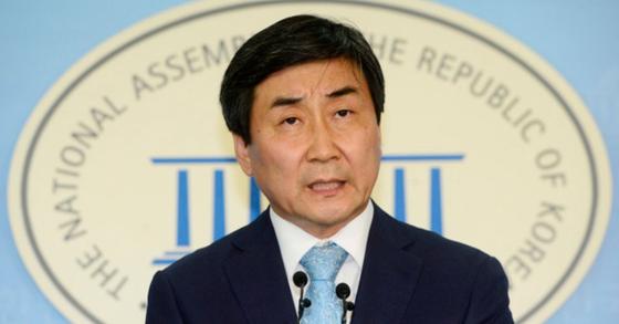 정론관에서 기자회견 중인 더불어민주당 이종걸 의원.