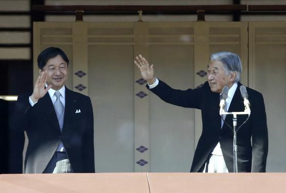 지난 1월 2일 아키히토 일왕(오른쪽)과 나루히토 왕세자가 일본 도쿄 왕궁 앞에 모인 군중을 향해 신년인사를 하고 있다. [AP=연합뉴스]