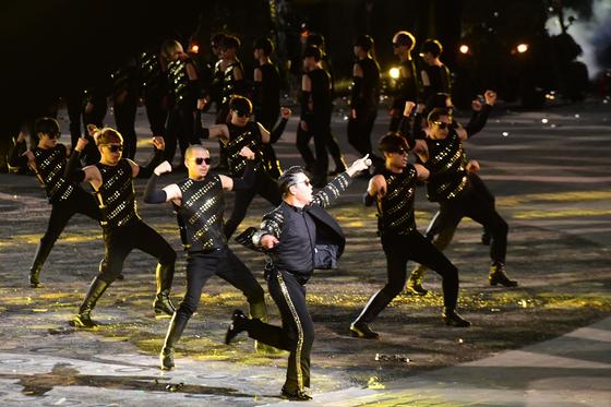 가수 싸이가 지난해 서울 용산구 전쟁기념관 평화의 광장에서 열린 제70주년 국군의 날 기념식에서 축하공연을 하고 있다. 뉴스1