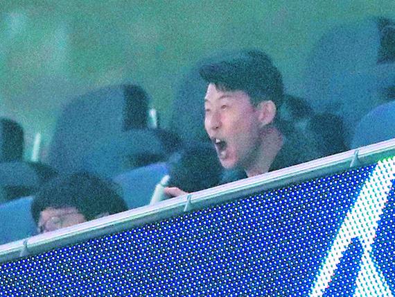 경고 누적으로 1차전에 출전하지 못한 손흥민이 관중석에서 응원하고 있다. [로이터=연합뉴스]
