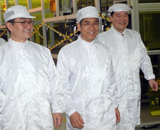 류도현 탑엔지니어링 대표(가운데)가 지난달 30일 파주에서 박원주 특허청장(왼쪽)과 간담회를 마친 뒤 생산라인을 둘러보고 있다. [최정동 기자]