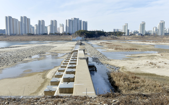 세종시 금강에 설치한 세종보와 주변 모습. 보 개방으로 금강에 물이 말라있다. [중앙포토]