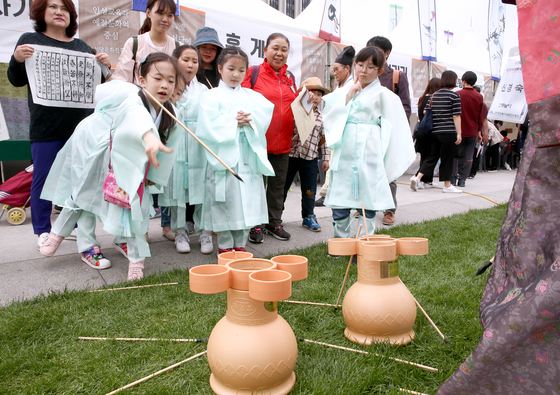 지난해 열린 제17회 대한민국서당문화한마당 대회에서 유생복장을 한 어린이들이 투호놀이를 하고 있다. 임현동 기자