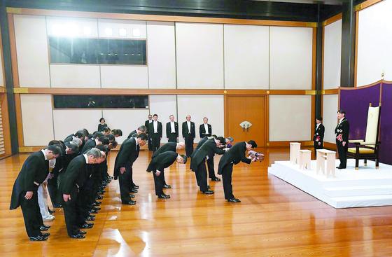 나루히토 일왕(오른쪽)이 1일 도쿄 고쿄(일왕 거처)에서 열린 즉위식에서 일왕을 상징하는 삼종 신기를 받고 있다. 왼쪽은 아베 신조 총리. [AFP=연합뉴스]