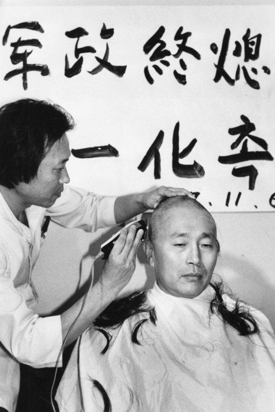박찬종 전 의원이 김영삼, 김대중 대선 후보 단일화를 요구하며 삭발농성을 하고 있다. [중앙포토]