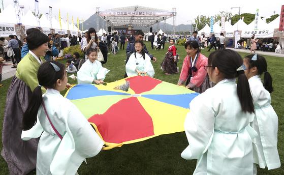 지난해 서울 광화문광장에서 열린 행사에서 유생복장을 한 어린이들이 협동제기놀이를 하고 있다. 임현동 기자