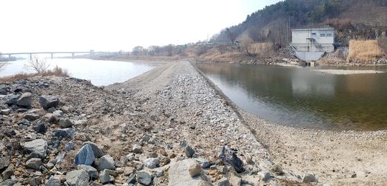 세종시 금강 양화취수장 주변에 쌓은 돌보. 세종보 개방으로 강에 물이 마르자 취수확보를 위해 설치했다. [중앙포토]