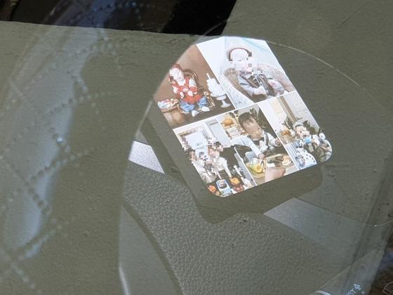 김씨 부부가 타고 다닌 승용차 운전석 앞에 있는 가족사진. 숨진 A양(13)은 사진에 없었다. 김준희 기자