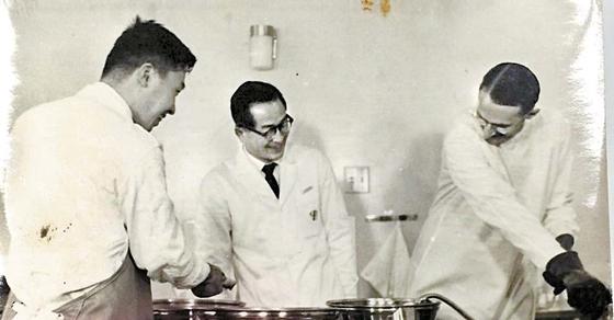 1958년 국립중앙의료원에서 북유럽 3국의 의료진과 함께 진료하고 있는 의당 김기홍 박사(가운데). 1958년 임상시험과 의무사, 이듬해 의무관에 임명돼 진료에 힘을 쏟았다. [사진 한세예스24문화재단]