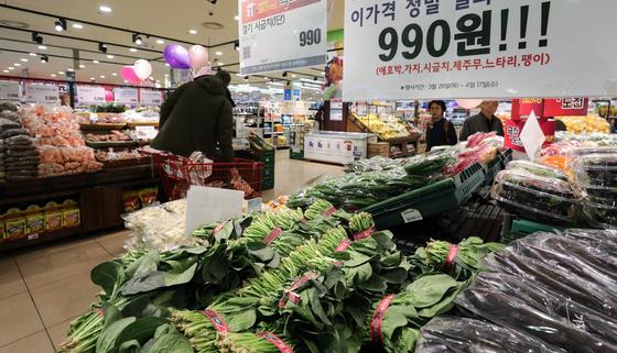 2일 서울 시내의 한 대형마트를 찾은 시민들이 장을 보고 있다. 통계청이 이날 발표한 3월 소비자물가 동향에 따르면 소비자물가는 국제유가 하락에 따른 석유류 가격 하락과 채솟값이 하락하면서 전년동월대비 0.4% 상승에 그친 것으로 나타났다. [뉴스1]