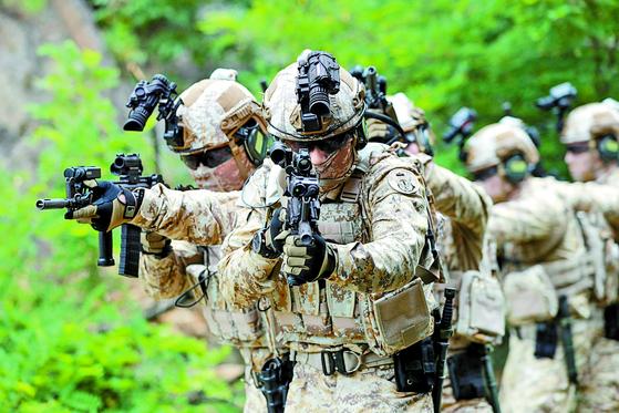 아랍에미리트(UAE) 파병 부대인 아크부대 대원들이 육군의 최첨단 개인 전투 무기 체계인 '워리어 플랫폼'을 착용하고 건물 침투 작전을 시연하고 있다. [연합뉴스]