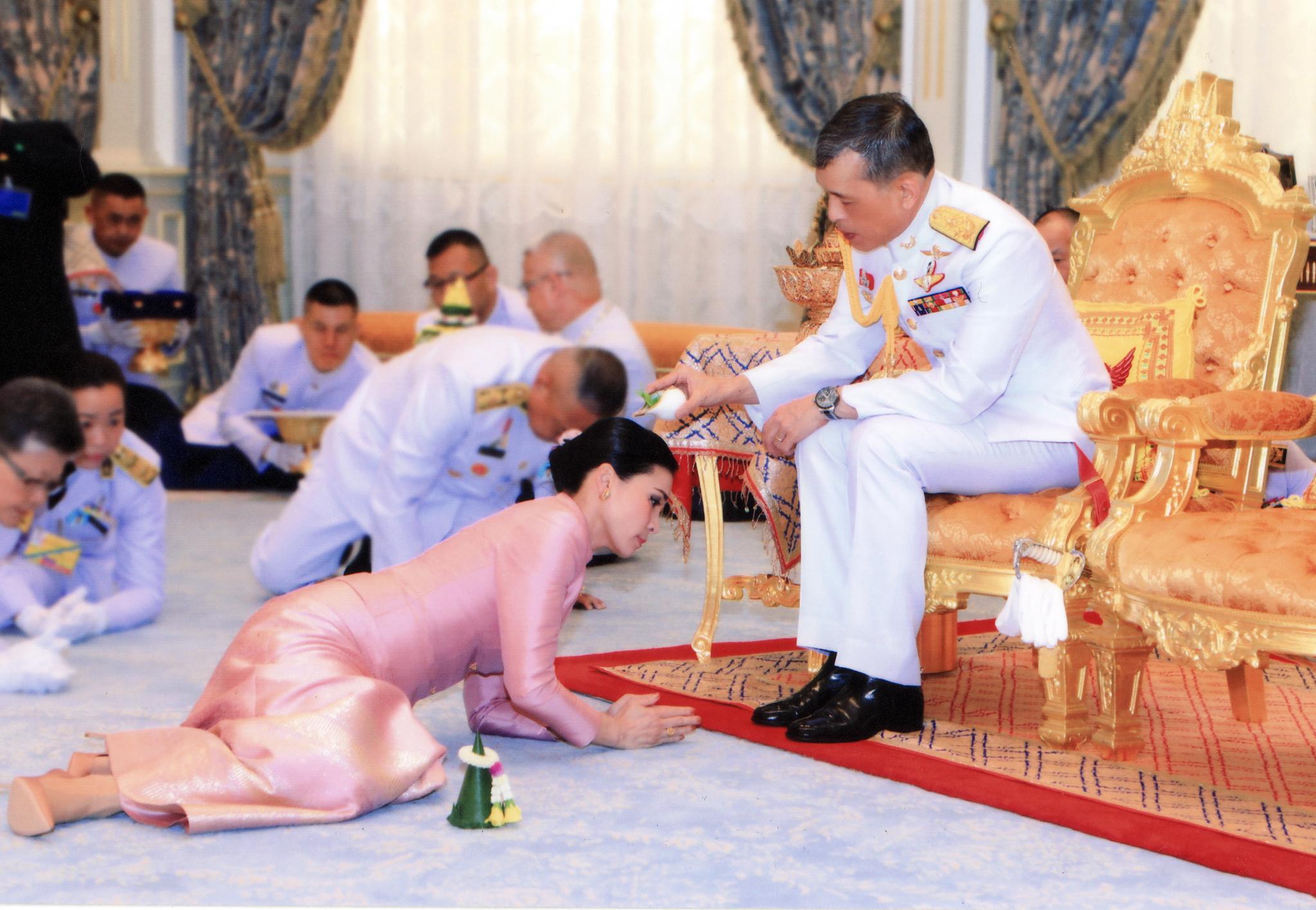와치랄롱꼰 국왕과 수티다 왕비가 1일 태국 방콕 왕궁에서 결혼예식을 치르고 있다.[EPA=연합뉴스]