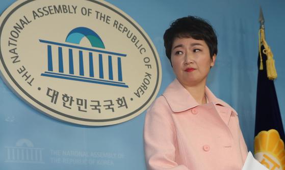 이언주 의원이 지난달 23일 오후 서울 여의도 국회 정론관에서 바른미래당 탈당 기자회견을 하고 있다. 김경록 기자