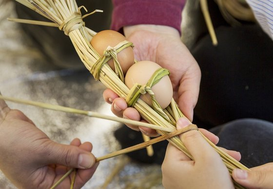 비닐이 없던 시절에는 볏짚을 이용해 계란 꾸러미를 만들어 사용했다. 할머니는 달걀이 모이면 시장에 팔아 집안 살림에 보태곤 하셨다. [사진제공=송상섭(오픈스튜디오)]