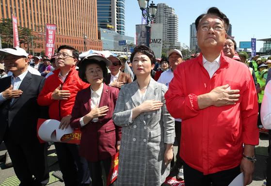 무소속 이언주 의원(오른쪽 둘째)이 2일 오후 서울역 광장에서 '4대강 국민연합' 주최로 열린 '4대강 보 해체 반대 대(對)정부 투쟁 제1차 범국민대회'에 참석, 자유한국당 의원들과 한자리에 서서 국기에 대한 경례를 하고 있다. 이 의원 왼쪽은 이은재 의원, 오른쪽은 정진석 의원. [연합뉴스]