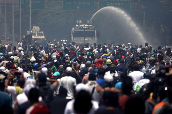 30일 베네수엘라 수도 카라카스에서 정부군과 대치하고 있는 반정부 시위대의 모습. [EPA=연합뉴스]